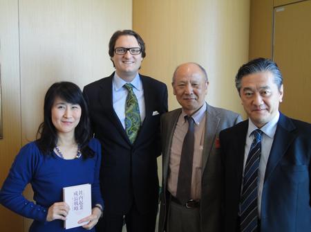 左から、ケイティ堀内、ウォルコット教授、奥山昭博教授、鳥山正博さん
