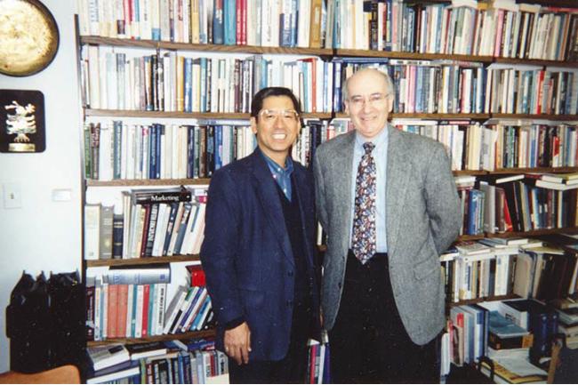 再会を喜ぶ柴田さんと、大学院時代の恩師コトラー教授。