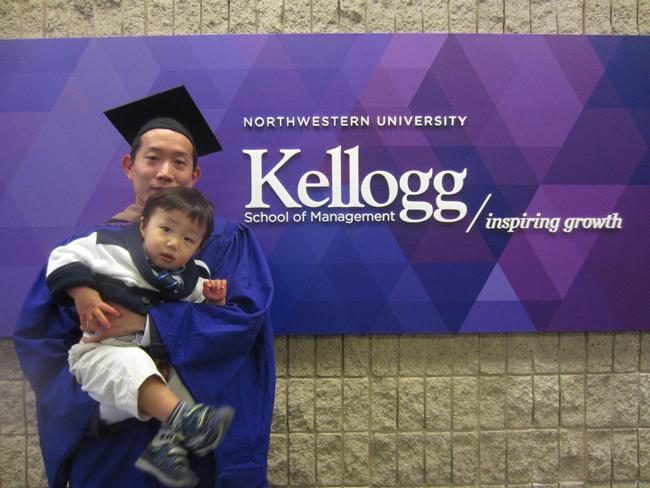 ケロッグ経営大学院の卒業式、息子さんと共に。2016年8月には、第二子が無事誕生。子供を愛する良きパパである。
